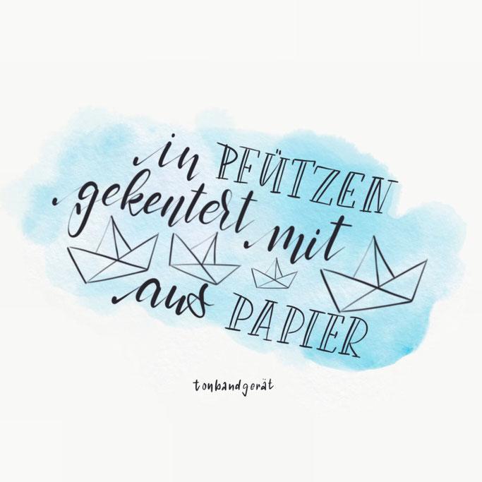 iPad Lettering - in Pfützen gekentert mit Booten aus Papier - Tonbandgerät (Letter Lovers cornlandart)