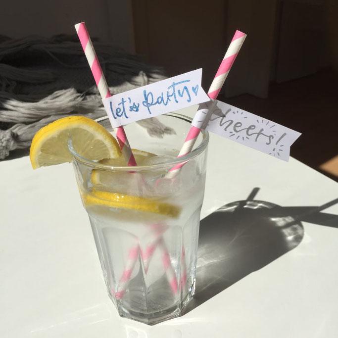 DIY Anleitung für eine Strohhalm Deko mit Lettering - tolle Idee für die nächste Sommerparty (Letter Lovers somelovelyletters)
