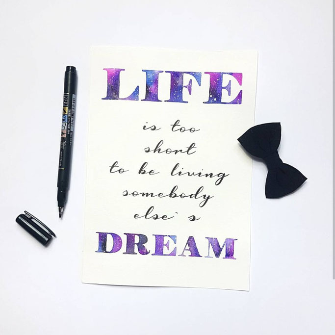 Handlettering mit Galaxylettering: Life is too short to be living somebody else's dream (Lettering by fraeulein_flausch für die Letter Lovers)