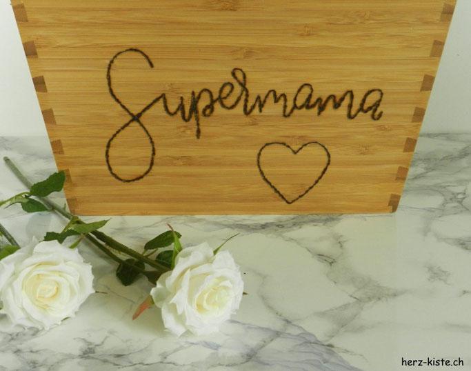 DIY Geschenkidee zum Muttertag: Supermama als Lettering auf einem Holztopf mit einem Brandkolben