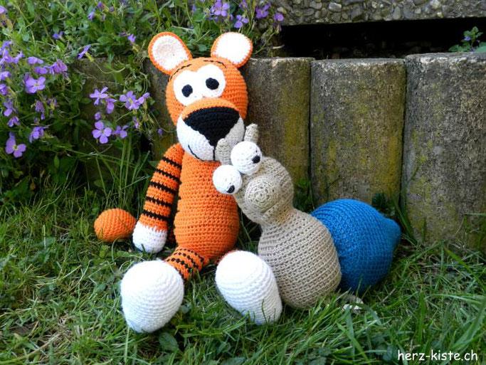 Musikdose Amigurumi häkeln - ein Tiger und eine Schnecke - Geschenk zur Geburt