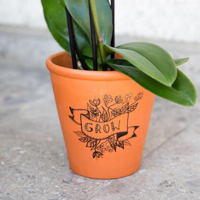 Letter Lovers photo.aloha: Handlettering Grow auf einem Blumentopf