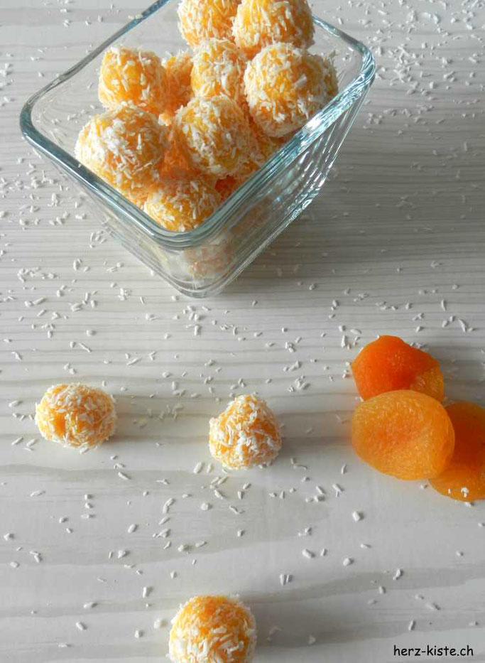 Rezept: Gesund und lecker naschen dank Aprikosen-Kokos Pralinen
