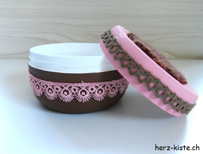 Alte Cremedose upcyceln mit Farbe und Spitzenbändern