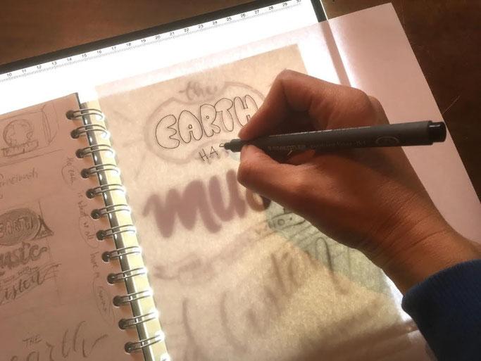 Letter Lovers photo.aloha: Anleitung Zitate lettern mit Mini-Skizzen - Schritt 6b: Mit dem Lichtpult nachzeichnen
