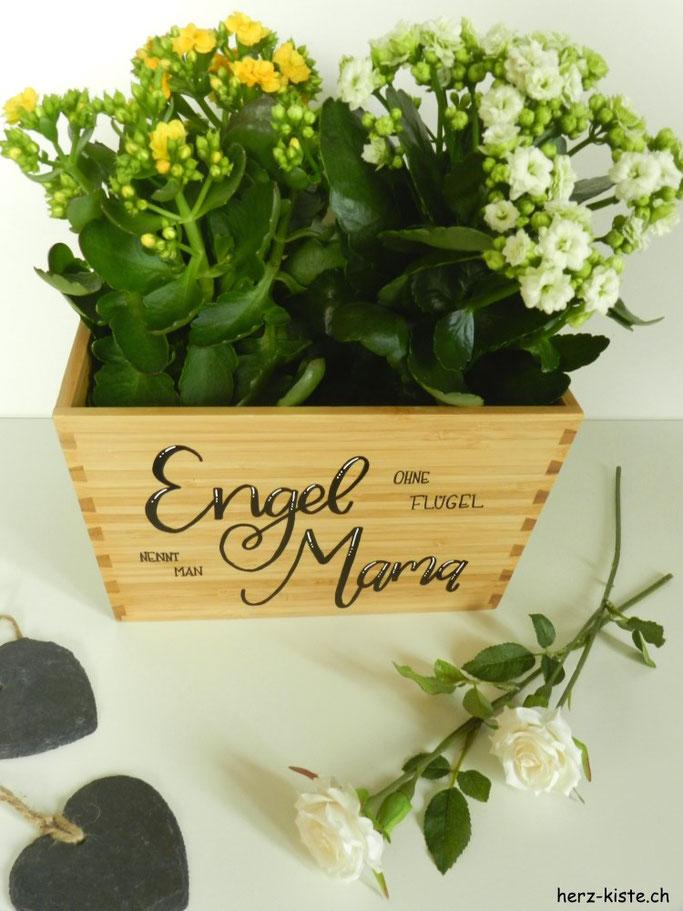 eine einfache DIY Geschenkidee zum Muttertag: Einen holzigen Blumentopf mit wasserfesten Filzstiften belettern. Spruch: Engel ohne Flügel nennt man Mama
