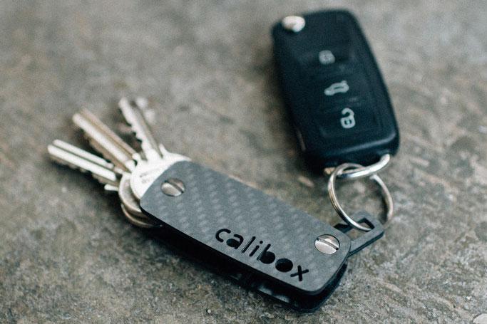 Mit Lasche zum anbringen weiterer Schlüssel (z.B. Autoschlüssel)