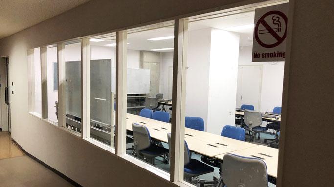 ノートPC12台が常設されている。SPSSによる統計処理も可能で、社会調査士課程に関連する授業での予約が優先される。学生の予約が可能。