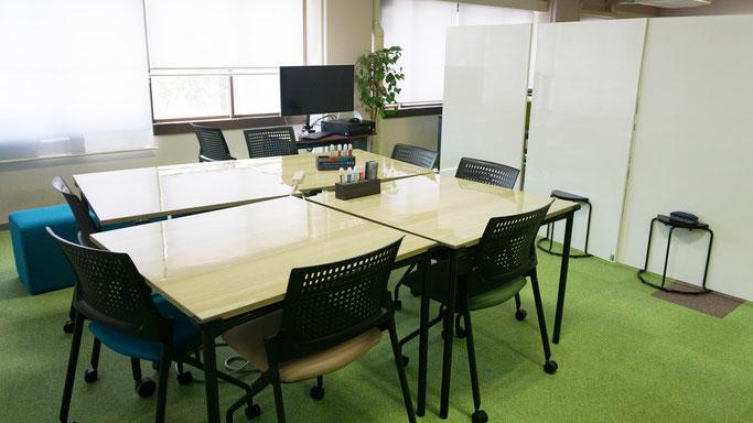グループワークやプレゼンの準備のスペース。ホワイトボード、グループ利用PCやプロジェクタも完備されていて、「見える化」した開かれた空間で活発な議論を誘発させる環境となっている。