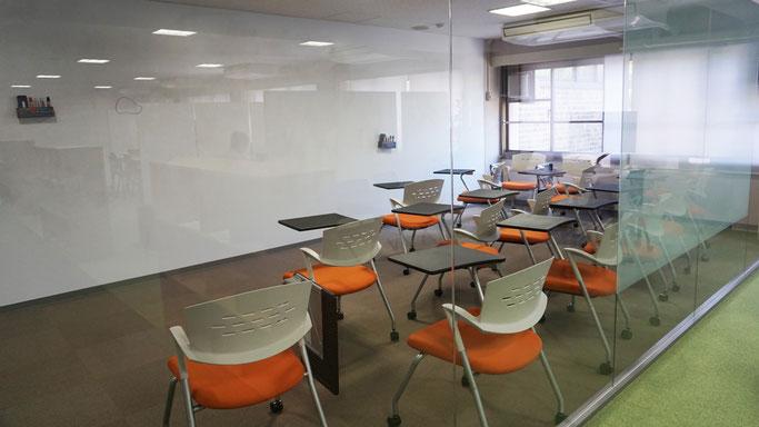 前面ガラスで区切られたセミナールームもあり、ゼミやセミナーなどで活用できる。