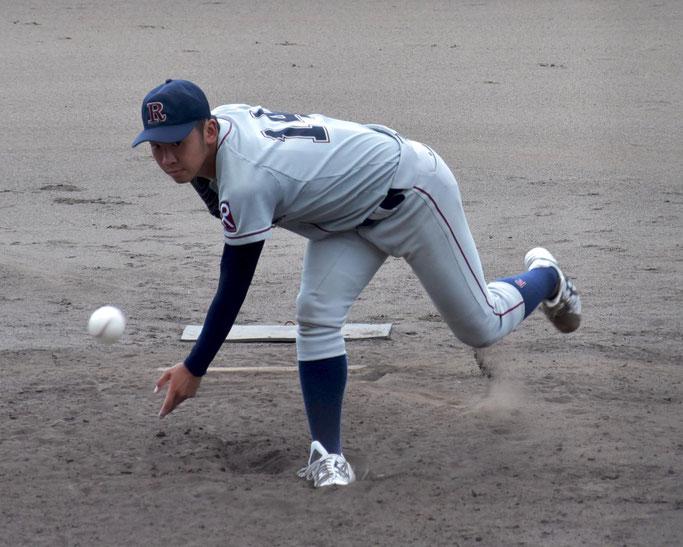 リーグ戦初登板となった高井は暴投で1点を失うも、以後は落ち着いた投球を見せた
