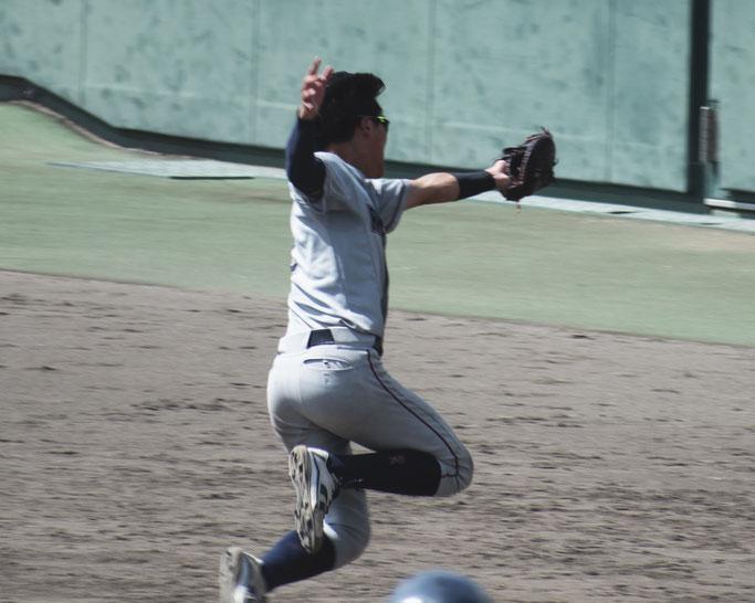 5回、1イニング3回目のスクイズの試みは一塁手・百田が好守で阻んだ