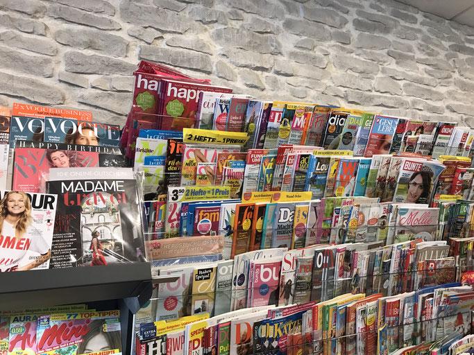 Happinez Zeitschrift mit Heldenreise Artikel im Regal