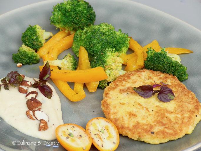 Hirse-Mandel-Rösti mit Gemüse und Zitronendip