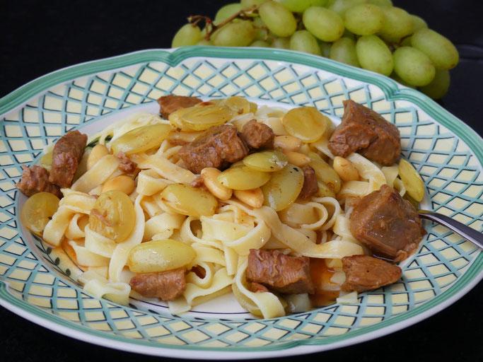 Kalbsragout mit Trauben und Mandeln
