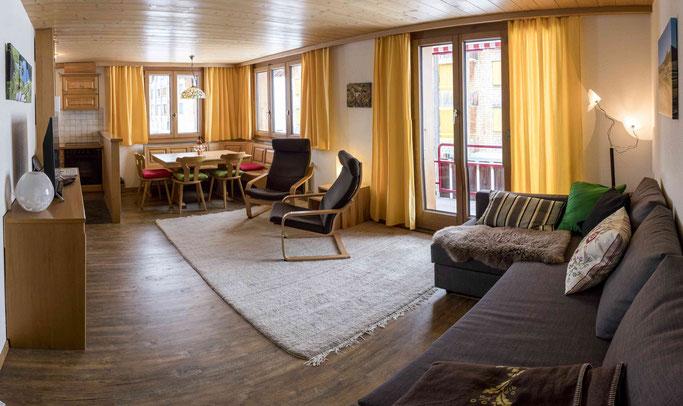 Wohnzimmer mit Essecke Ferienwohnung Hochstollen Melchsee-Frutt www.ferienwohnung-melchsee-frutt.ch gemütlich heimelig Erholung