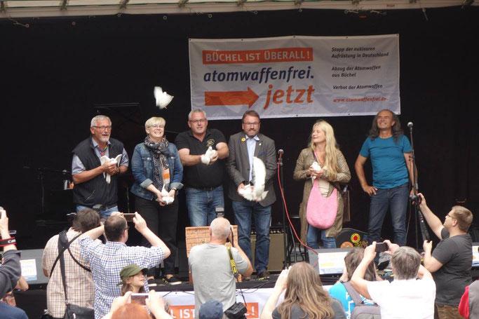 """Zwei """"Bürgermeister für den Frieden"""" aus der Region, nämlich Verbandsbürgermeister Albert Jung aus Kaisersesch und Oberbürgermeister Wolfgang Treis aus Mayen, lassen am  15.07.2017 als Zeichen der Solidarität weiße Tauben fliegen."""