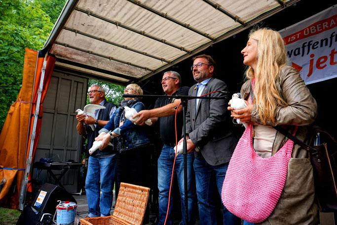 15.07.2017: Musiker Konstantin Wecker, Verbandsbürgermeister Albert Jung (Kaisersesch), Oberbürgermeister Wolfgang Treis (Mayen) und Marion Küpker (dfg-vk) lassen Friedenstauben fliegen.