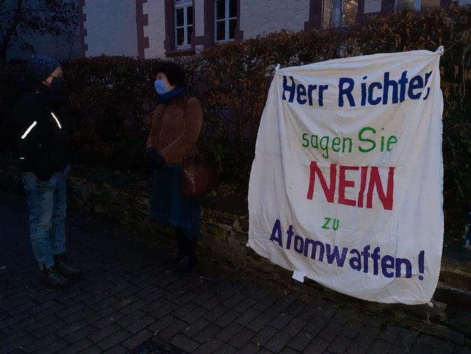 Katja und Birgit, Mahnwache vor dem Amtsgericht Cochem, 9.12.2020