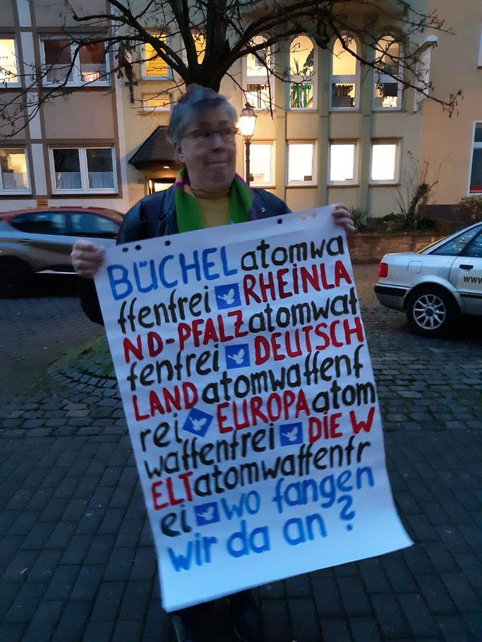 Die Angeklagte, Lies Welker, am 9.12.2020, Mahnwache vor Prozess-Beginn. Vor dem Amtsgericht Cochem.