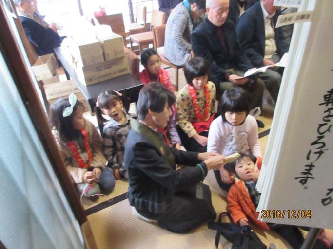 広島・福山の浄土真宗 南光坊で、お子さん達も前坊守さんと一緒におつとめ。