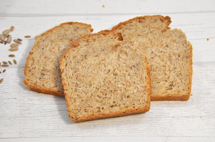 selbst gemachtes Toastbrot mit Leinsamen Sonnenblumenkernen Dinkelkleie Roggenvollkornmehl und Schmand vegan möglich