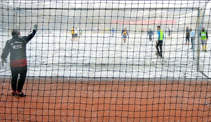 Bei jedem Wetter am Ball: Die Nümbrechter Flüchtlingskicker.