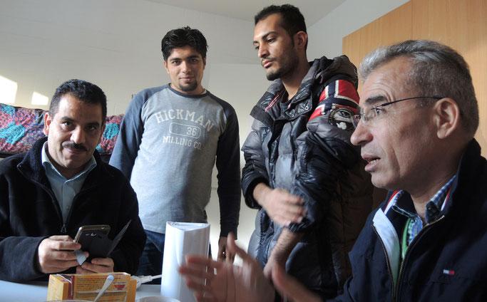 Erst die Flucht, nun die großen Hoffnungen. Bewohner der Wiesenstraße: Dr. Sahir Abudja (li),  Ridwan Murat (re).  Saad Almwas (2.v.l.) möchte am liebsten wieder zurück. (Bild: k.s)
