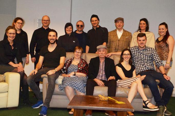Die 11 Schauspieler(innen) mit Regisseurin, Techniker und Maskenbidnerin bei den Proben 2020