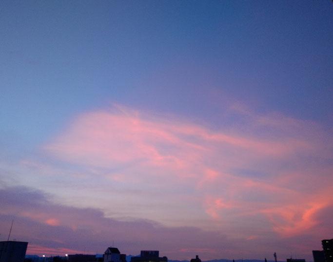 大分市 みつか漢方養生堂 ピンク色の秋空