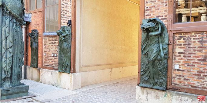 Des épreuves en bronze de l'Aurore et du Crépuscule sont exposées au musée Bourdelle à Paris.