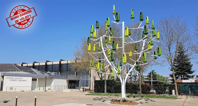 L'Arbre à vent de Vélizy-Villacoublay est un système de production d'électricité dont chaque « feuille » est une mini éolienne fixée sur des troncs et branches en acier.