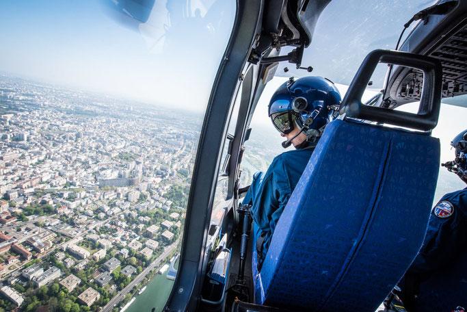 Hélicoptère Airbus Helicopter EC-145 de la Section Aérienne de Villacoublay en vol au-dessus de Paris. © Brice Braastad