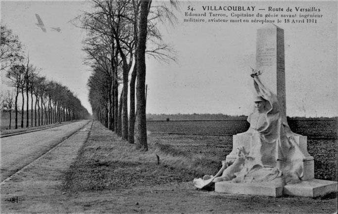 Monument du capitaine Édouard Tarron, le long de RN 186 à Villacoublay en 1912.