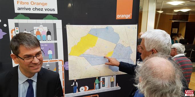 Jean-Bernard Dognon, directeur projet Ftth chez Orange, présente la carte du déploiement de la fibre à Vélizy-Villacoublay. © Vélizy Info