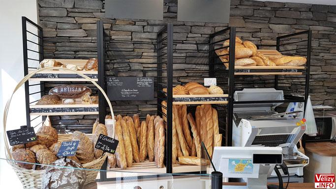 """Le choix des matériaux apporte une touche de """"rusticité"""" à la boulangerie."""