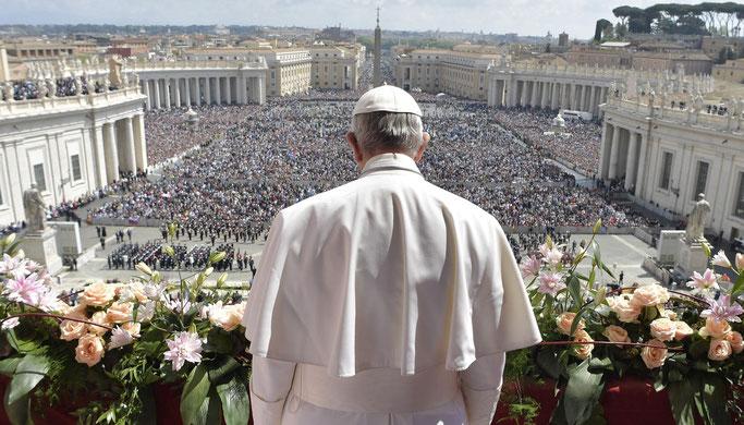 Le pape François s'adresse aux fidèles Place Saint-Pierre à Rome.