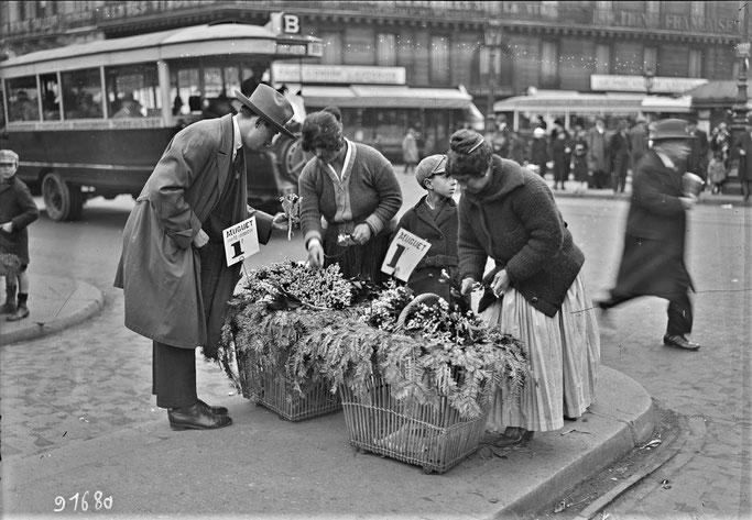 Vente de muguet dans les rues de Paris, le 1er mai 1924  - Photo : Agence Rol.