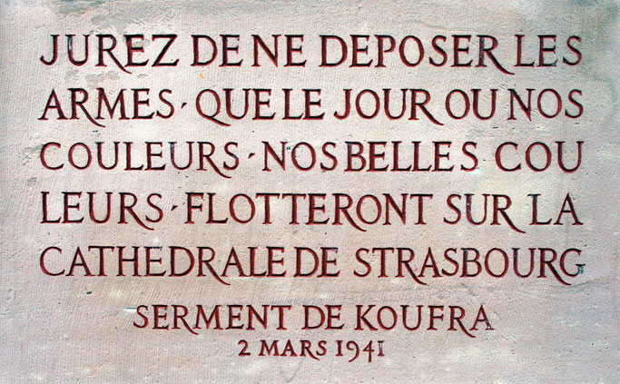 Texte du Serment de Koufra gravé sur le monument du maréchal Leclerc de Hauteclocque, place Broglie à Strasbourg.
