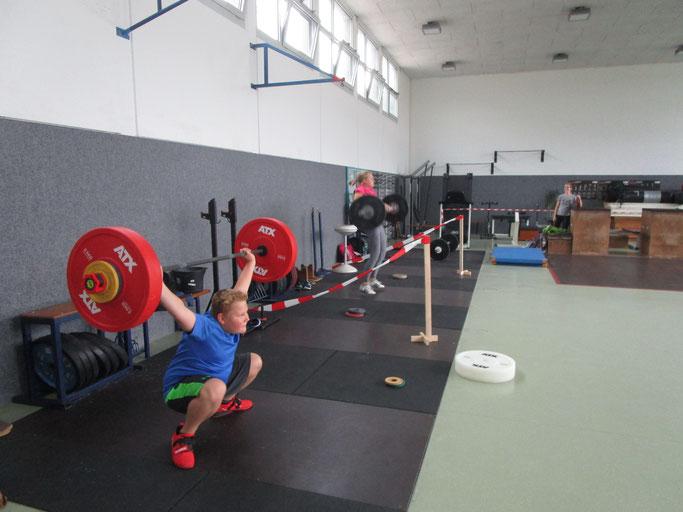 Gewichtheber in der Vorbereitung zum 1.Jugend-Fernwettkampf in Rheinland-Pfalz, im Vordergrund Pascal Troubal