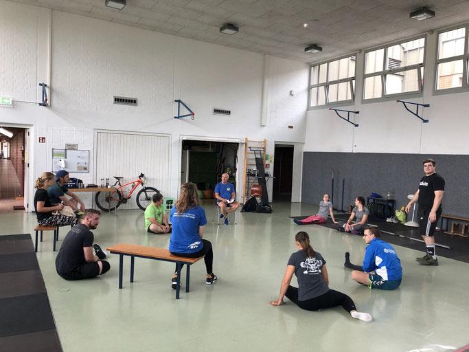Trainer Günter Renner bespricht die neue Zweitbundesliga-Saison mit den Sportlern