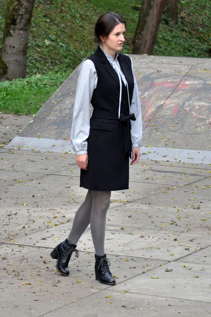 Streetstyle Outfit Longweste hellblaue Bluse Metallicstrumpfhose Modeblog Fairy Tale Gone Realistic Fashionblog Passau