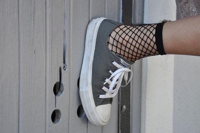 Streetstyle Selbstfindung rosa Spitzenkleid Netzsöckchen Converse Chucks Modeblog Fairy Tale Gone Realistic Fashionblog Deutschland