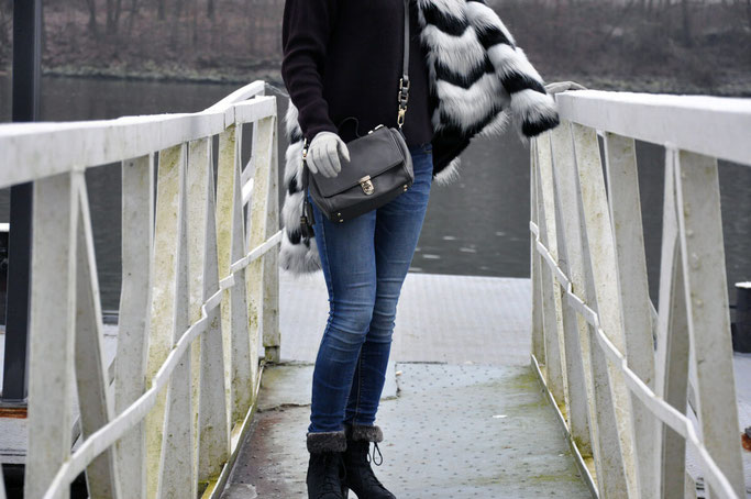 Die perfekte Fake Fur Jacke Jeans Pullover Coccinelle Bag Winteroutfit Modeblog Fairy Tale Gone Realistic Susanne Frank