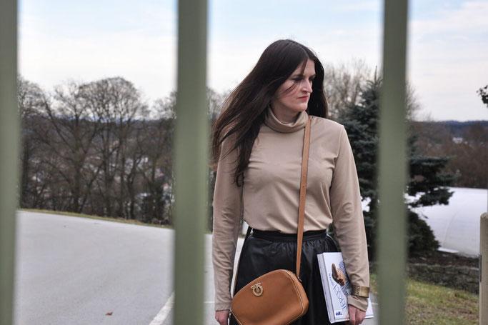 Jersey nähen Rollkragenpullover Midirock Netzstrumpfhose Outfit DIY Buch Modeblog Fairy Tale Gone Realistic Fashionblog