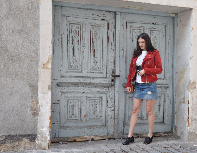 Bloggeroutfit Lace Up Bluse rote Lederjacke destroyed Denim Modeblog Fairy Tale Gone Realistic