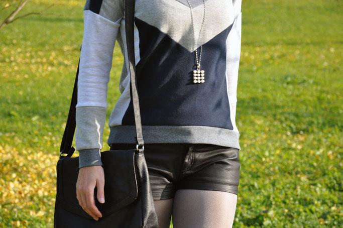 Blätterregen Herbstoutfit Sweatshirt Ledershorts Metallic Strumpfhose Modeblog Fairy Tale Gone Realistic