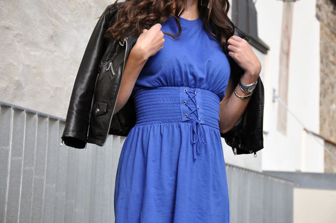 Capsule Wardrobe nein danke Outfit Herbstoutfit blaues Kleid Lederjacke Modeblog Fairy Tale Gone Realistic München Passau Fashionblog