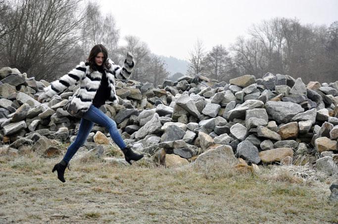 Die perfekte Fake Fur Jacke Jeans Pullover Coccinelle Bag Winteroutfit Modeblog Fairy Tale Gone Realistic Susanne Frank
