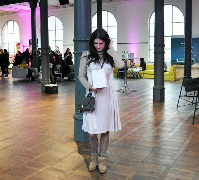 Berlin Fashion Week Outfit Netzstrümpfe Vintage-Kleid Coccinelle-Tasche Rosebox Fashion Blogger Cafe Modeblog Fairy Tale Gone Realistic Lifestyleblog Passau